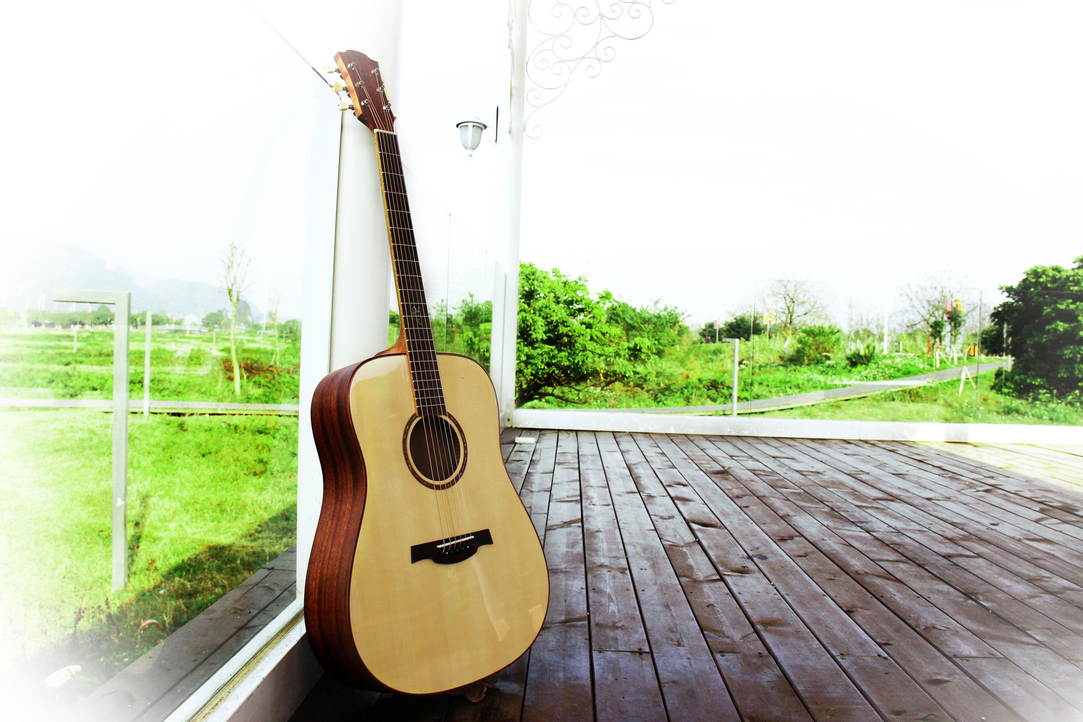 由于每一种木材的特性不同,其对吉他结构的物理稳定性和声音的  振动